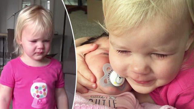 (영상)떼쟁이 3살 아기가 동생 앞에서는 울음을 뚝!