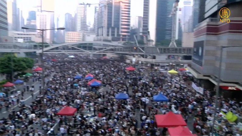 [영상] 홍콩 '우산혁명' 지도부 징역형, 수 만명 항의시위