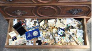 10만 원에 산 낡은 서랍장 속 진짜 보물이 한가득, 구매자의 선택은?