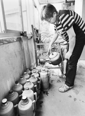 為了照顧「植物人」兒子,這位母親每天要燒30多瓶開水,反覆給兒子泡腳與擦身體。(網路圖片)