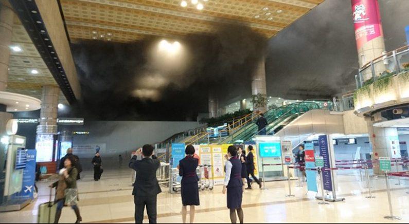[속보] 김포공항 청사에서 화재, 연기 유입돼 이용객 대피