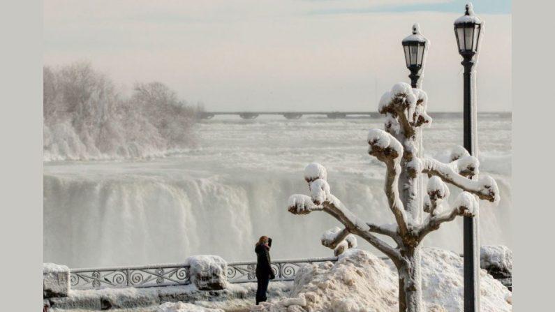 얼어붙은 나이아가라 폭포 일대의 진풍경