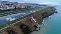 터키 항공기 활주로 이탈 사고..흑해로 추락하다 멈춰