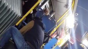 신발없는 노숙자에게 신발을 선물하는 친절한 버스맨