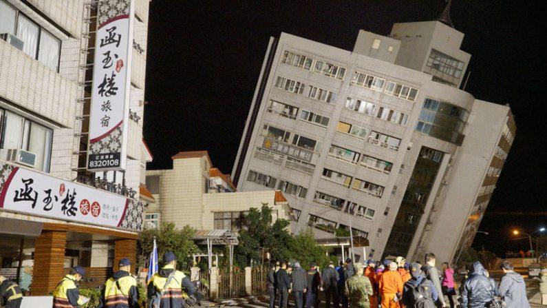 86초간 흔들린 대만 강진..고층 건물 주저앉고 기울어져