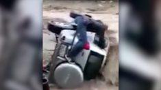 홍수에 휩쓸려 구르는 '차' 안의 사람을 구하기 위해 과감히 뛰어든 영웅