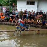 인도네시아의 한 마을에서 열린 아슬아슬 자전거 레이스 (영상)