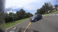 오토바이와 충돌할 뻔한 SUV 운전자 '뜻밖의' 반응(영상)