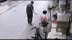 대낮에 벌어진 아찔한 상황, 동생을 구하려는 형의 간절한 손길..(영상)