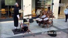 '스틱은 제3의 손' 멀리 있는 드럼을 자유자재로 치는 '서커스'같은 연주(영상)