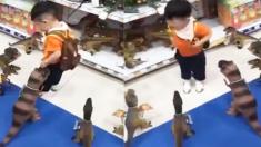 공룡 인형에게 둘러싸여 '생명의 위협'을 느낀 아이(영상)