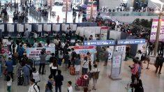 해외여행객 출국 전 투표 행렬…인천공항 '인산인해'