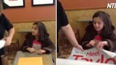 (영상) 가수 포스터를 버린 줄 알았던 소녀, 다시 받게 된 것은 가수의 친필 사인