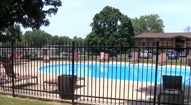 수영장에 빠진 아이 구하다, 한꺼번에 세 사람 살린 여성(영상)