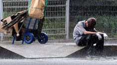 '빗속에서 폐지 줍다 주저앉은 노인'..사진 한 장이 가져온 기적