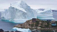 마을로 떠내려 온 초대형 빙산에 주민들 긴급 대피