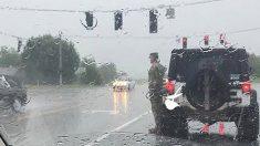 """""""갑자기 차에서 내려 비를 맞고 서 있던 군인"""""""