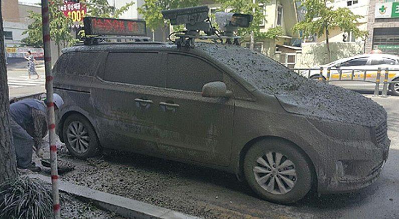 부산 공사장서 떨어진 시멘트에 주차 단속차량 날벼락