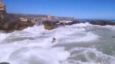 파도에 휩쓸린 소년 구하려 파도에 뛰어든 남자(영상)