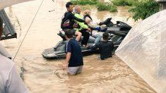 수상 오토바이 타고 나타난 '영웅'..홍수에 120명 구조한 日청년