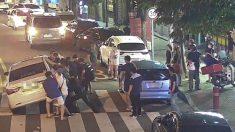 경찰·시민 택시 '번쩍'..차에 깔린 아주머니 구조