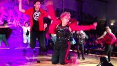 무대를 휘어잡은 60여 세 교사의 힙합댄스 (영상)