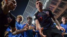크로아티아 선수들에게 깔린 기자, '최고 멋진 사진' 득템