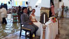 '태풍도 막지못한 사랑' 필리핀 커플, 홍수난 성당에서 결혼