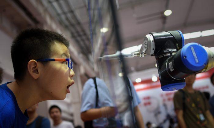 """인공지능·자동화 속도내는 중국..노동시장에는 """"양날의 검"""""""