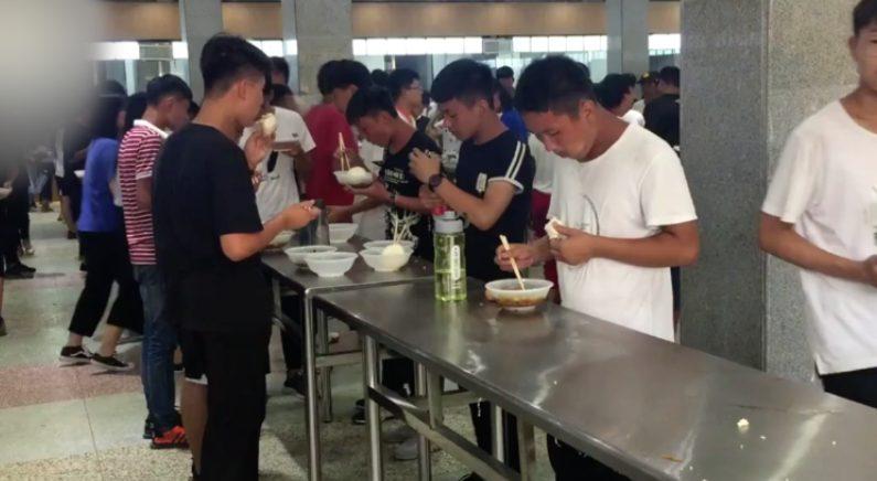 """""""밥먹는 시간 아깝다"""" 중국 고등학교 의자 없애고 '서서 급식'(영상)"""