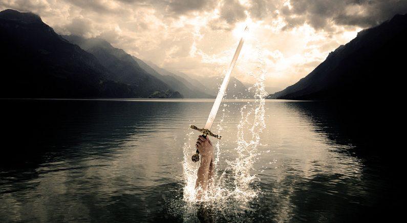 8살 소녀가 호수서 놀다가 엑스칼리버 시대 '검' 발견