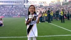 미국 트위터 화제된 7살 꼬마소녀의 국가 독창, 즐라탄도 엄지 척