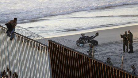 美국경수비대, 국경 넘으려던 캐러밴이민자 첫 체포
