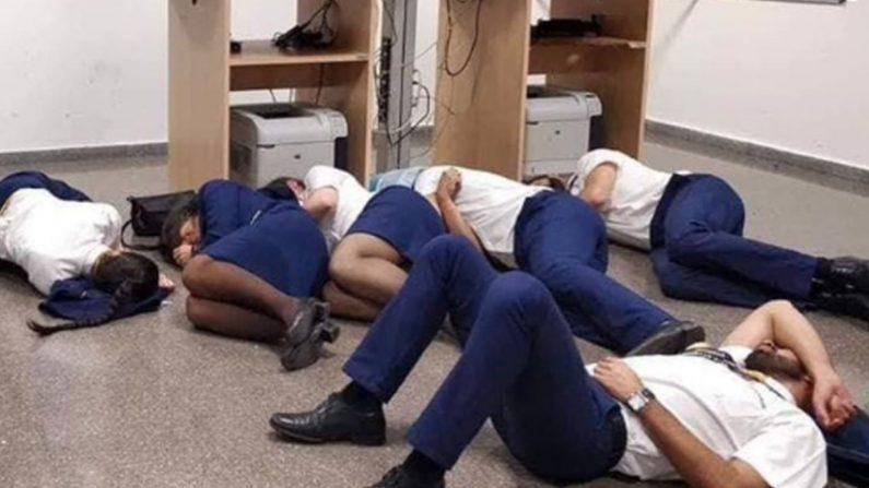 '맨바닥 취침' 사진 연출 승무원들 결국 해고돼