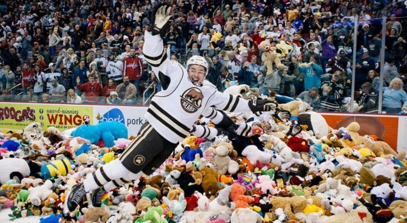 크리스마스 시즌에 벌어지는 일..빙판 위에 쏟아진 곰인형 3만4천개