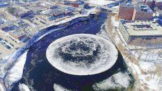 달 모양의 거대한 '얼음 원반'… 강에서 빙글빙글