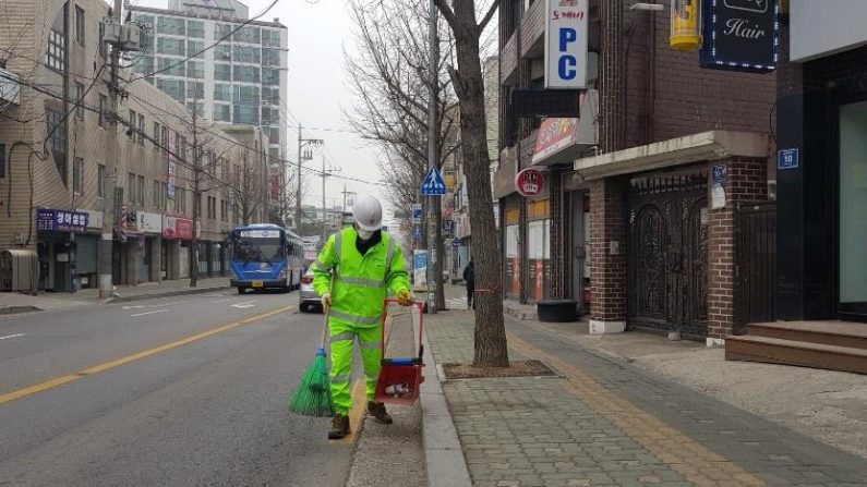 '살맛 나는 세상' 137만원 든 비닐봉지 돌려준 '환경미화원'