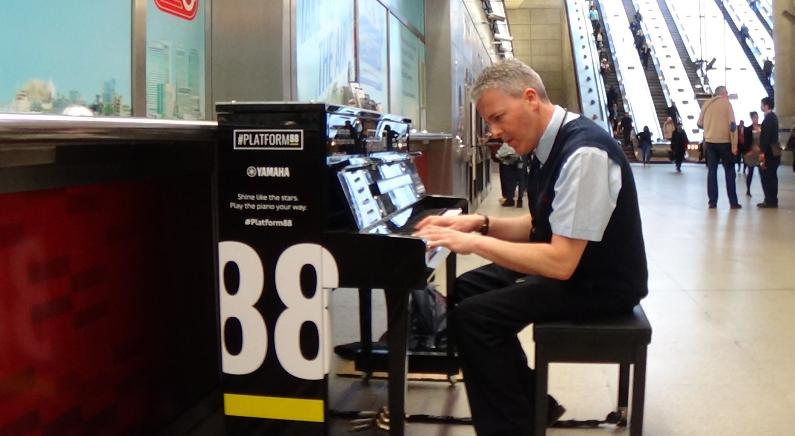 거리의 현란한 피아니스트 경찰, 정체 알고 보니 '유튜브 크리에이터'