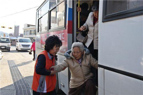 """""""탕탕! 오라이∼""""…옥천 시내버스에 승하차 도우미 떴다"""