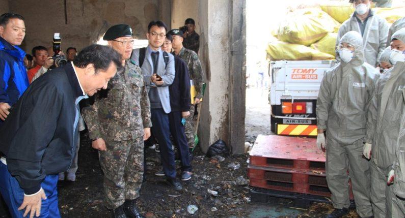 '산불 복구' 중인 국군 장병에게 허리 숙여 감사 인사 전한 이낙연 총리