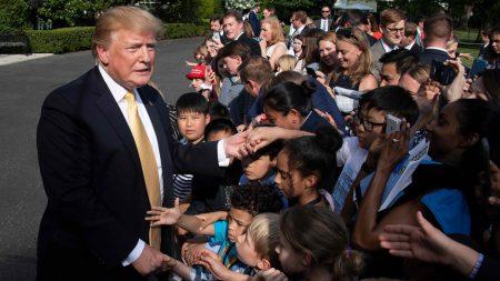 """백악관 참모·기자단 자녀 만난 트럼프 """"술·담배 하지마라"""""""