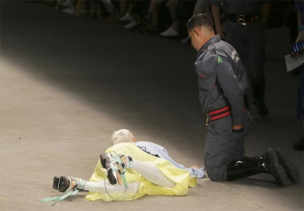 런웨이 걷던 모델, 신발끈에 걸려 넘어진 후 그대로 사망