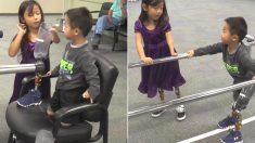 자기처럼 다리 없이 태어난 4살 동생에게 의족 신겨주고 걷는 법 알려준 7살 누나