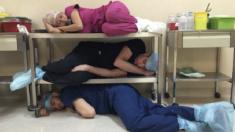 '잘 수 있을 때 자야한다'…힘든 일과 견딘 뒤 단잠에 빠진 의료진들 담은 '짠한' 사진들