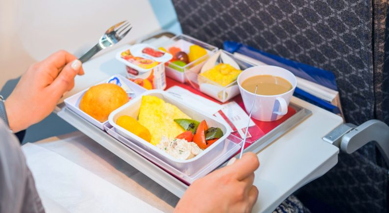 """""""비행기에서 마시면 가장 맛있는 주스 알려드려요"""" 기내식 깨알지식 6"""