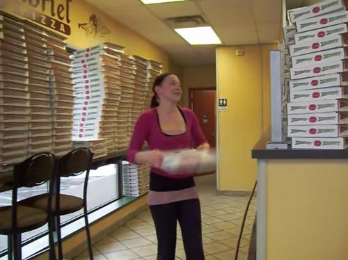 """""""진짜 있었네"""" 영화 '기생충'에서 등장한 '피자 박스 빨리 접는 법' 영상"""
