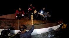 뒤집힌 선박 내부 '에어포켓'에서 90분간 버티던 어부 구조
