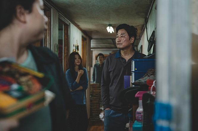 """""""청불 같은데..15세 관람가?"""" 영화 '기생충' 상영등급에 가족 관객 '갸우뚱'"""