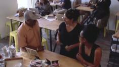 카페 종업원이 시각장애인을 속이는 것을 본 손님들 반응 (영상)