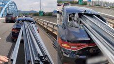 서울 한복판서 달리던 차에 쇠파이프 수십개가 꽂히는 사고가 발생했다 (영상)
